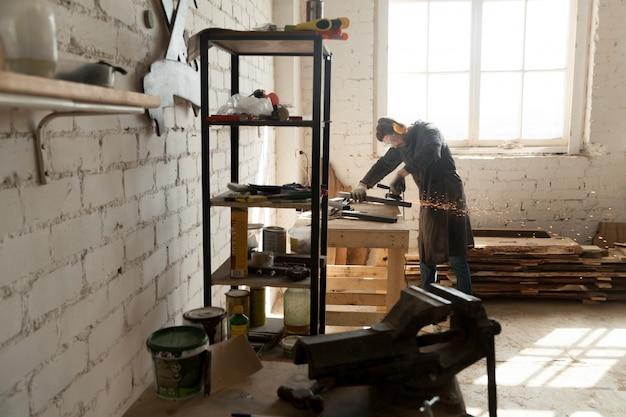 Skilled cabinet maker che lavora in piccola officina