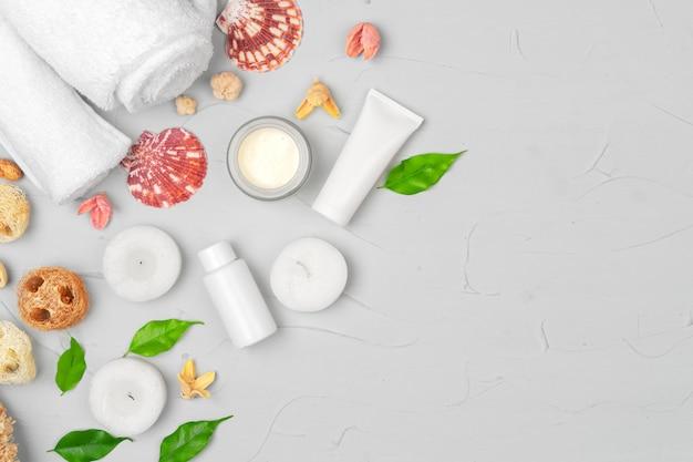 Skincare cosmetico naturale bottiglia vuota confezione con foglie di erbe
