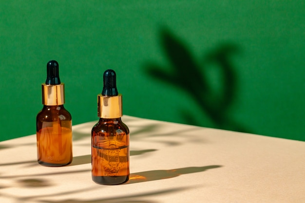 Skincare oleoso che idrata vaso di vetro marrone con la fine della pipetta su
