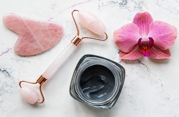 Skincare routine di bellezza mattutina nel bagno di casa