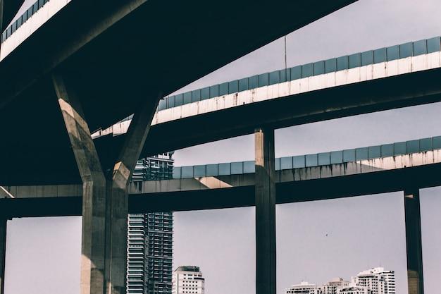 Sky street, cavalcavia su sfondo di cielo blu in thailandia