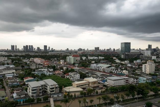 Skyline della città con tempesta di tuoni cloundy