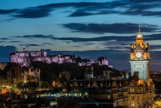 Skyline di edimburgo di notte, in scozia