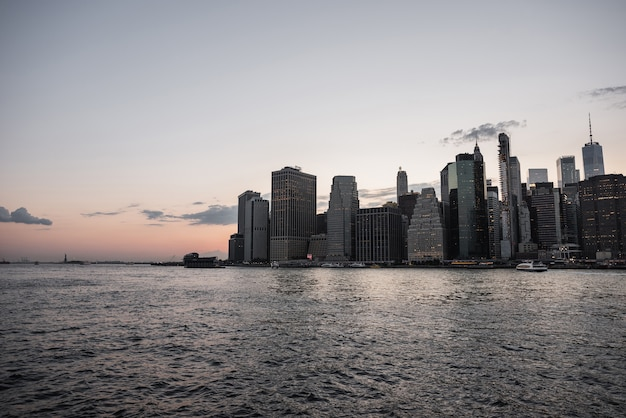 Skyline di manhattan con acqua