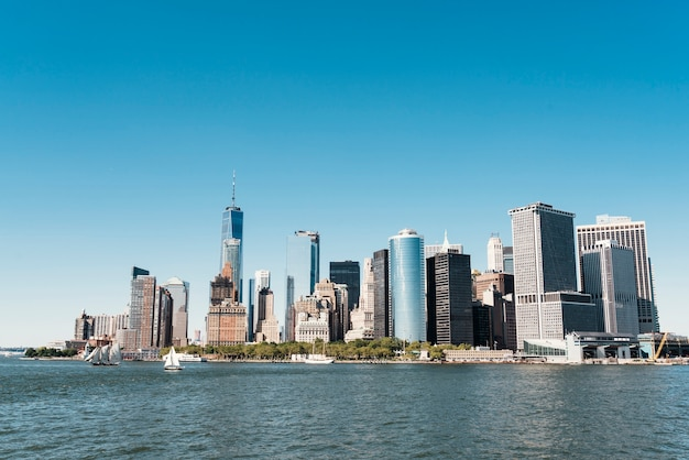Skyline di new york city con grattacieli urbani