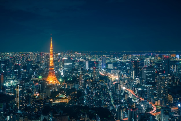 Skyline di tokyo e vista dei grattacieli sul ponte di osservazione di notte in giappone.