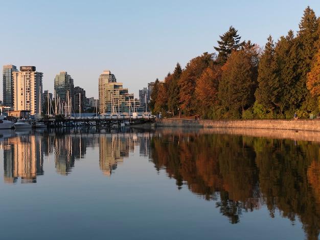Skyline e riflessione a vancouver, british columbia, canada