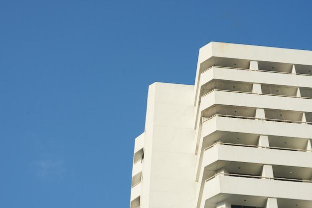 Skyscape del condominio su cielo blu
