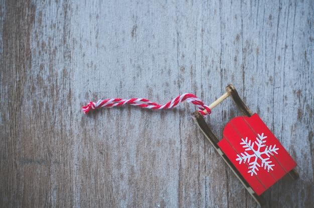 Slitta di santa snowbound con l'ornamento di natale, priorità bassa di natale