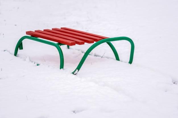 Slitta per bambini, in piedi sulla neve bianca