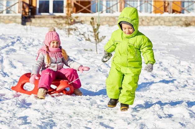 Slittino per bambini in giornata invernale