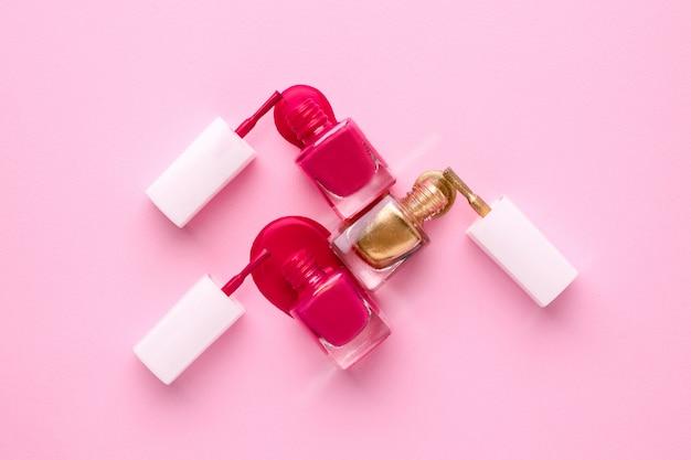 Smalti cosmetici rosa e oro su rosa