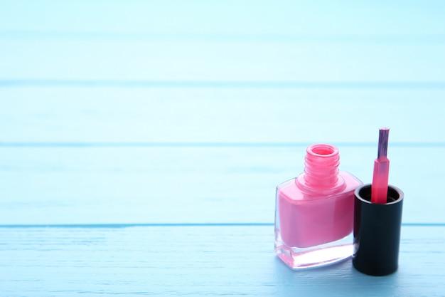 Smalti rosa su sfondo blu
