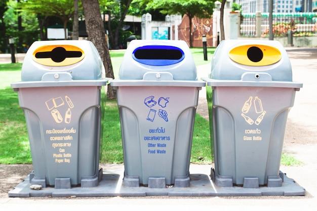 Smaltimento rifiuti riciclare contenitore saccheggio