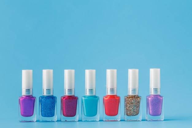 Smalto colorato su sfondo blu