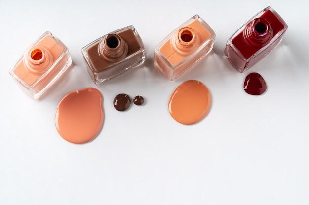 Smalto per unghie di colori nudi versato