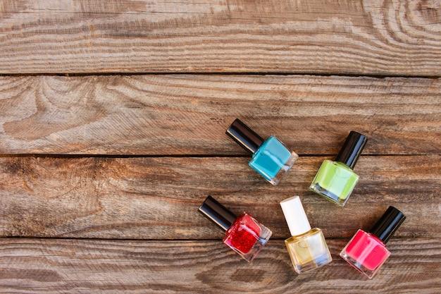 Smalto per unghie sul vecchio fondo di legno
