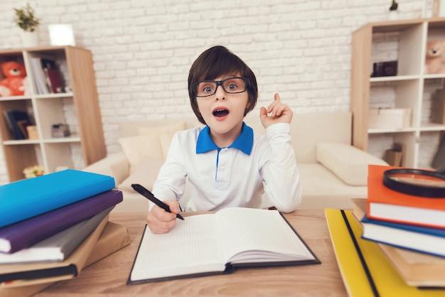 Smart boy sta facendo i compiti a casa