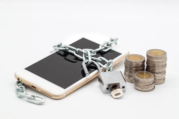 Smart phone con catena di sblocco e denaro isolato