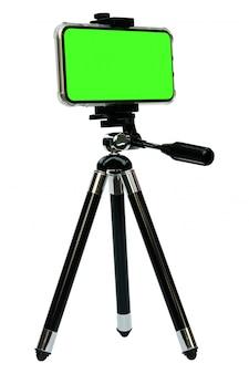 Smart phone dello schermo verde sul treppiede isolato su bianco con il percorso di ritaglio