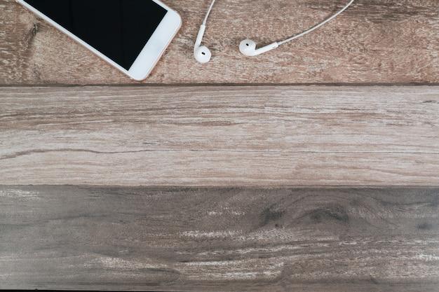 Smart phone e auricolare sulla scrivania