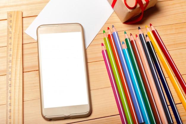Smart phone su fondo in legno