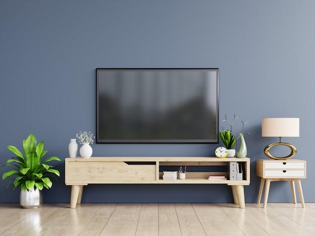 Smart tv sulla parete blu scuro nel soggiorno