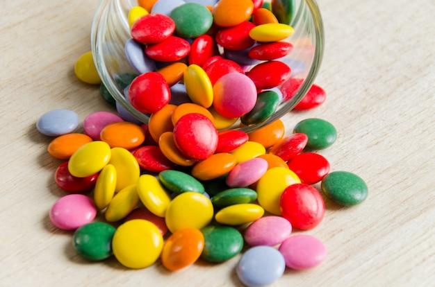 Smarties colorati di cioccolato ricoperti di zucchero