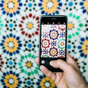 Smartphone che cattura foto del modello orientale