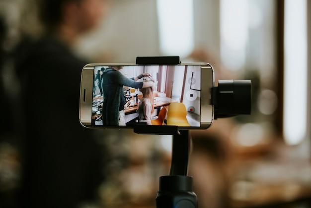 Smartphone collegato a un giunto cardanico