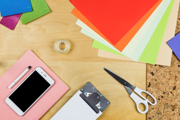 Smartphone con carte luminose sul tavolo