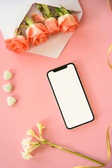 Smartphone con fiori di rosa in busta