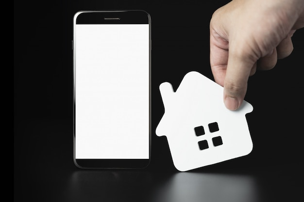 Smartphone con il modello delle icone della casa, casa in affitto, selezione della casa