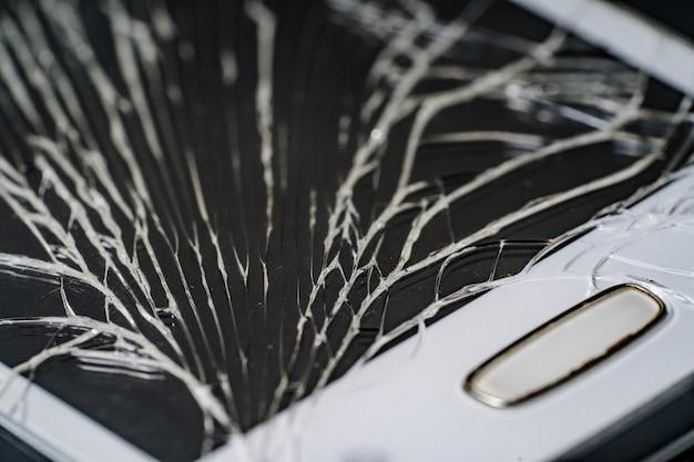 Smartphone con schermo rotto