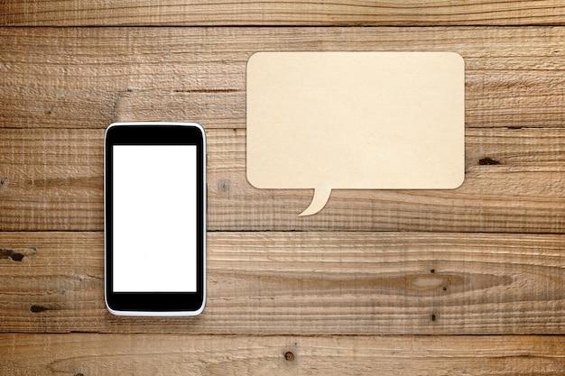 Smartphone e fumetto su legno