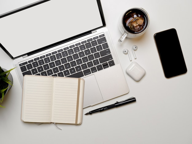 Smartphone e laptop su un tavolo bianco