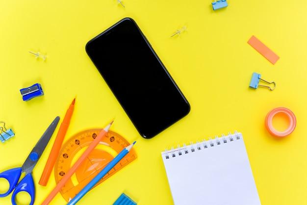 Smartphone e notebook su uno sfondo giallo