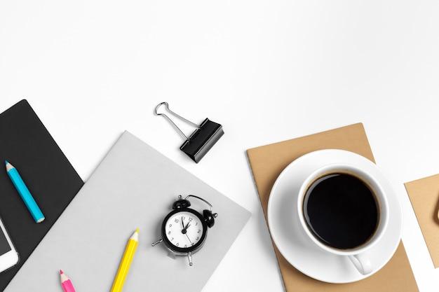 Smartphone e tazza di caffè, vista superiore alta vicina del blocco note