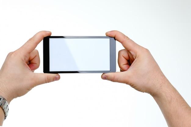 Smartphone hoding della mano maschio isolato sopra