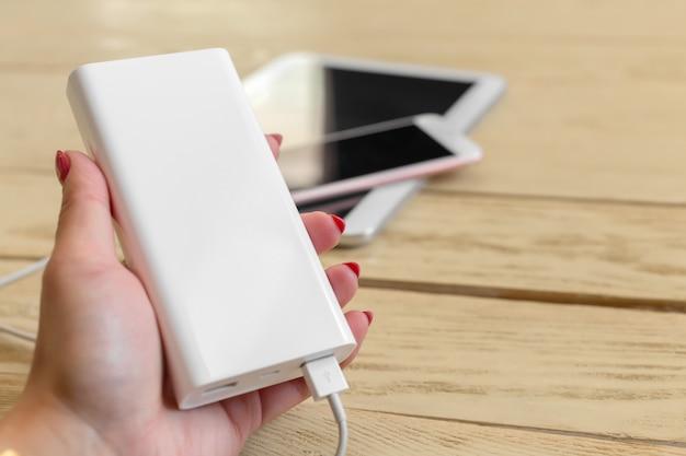 Smartphone in carica con power bank