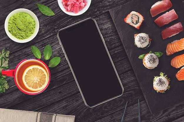 Smartphone in una scena di sushi bar
