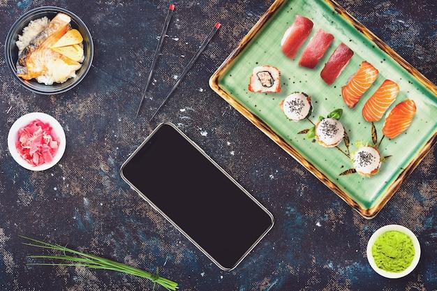 Smartphone in una scena ristorante sushi bar