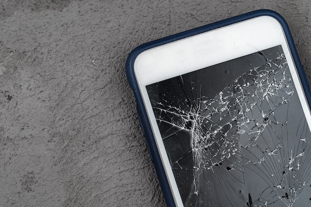 Smartphone mobile con la fine rotta dello schermo su