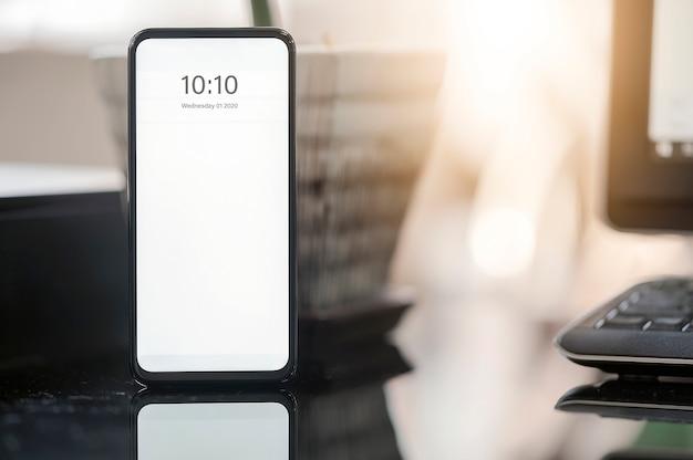 Smartphone modello con schermo bianco sul tavolo, copia spazio per la progettazione grafica.
