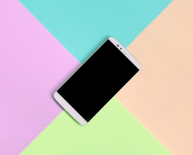Smartphone moderno con schermo nero