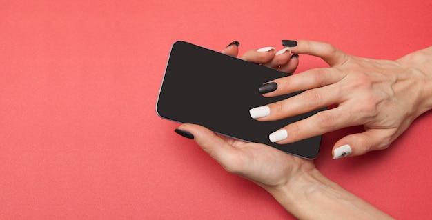 Smartphone nelle mani di una donna
