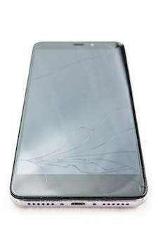Smartphone rotto su sfondo bianco
