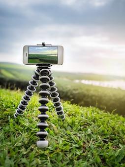 Smartphone scatta una fotografia di paesaggio su treppiede