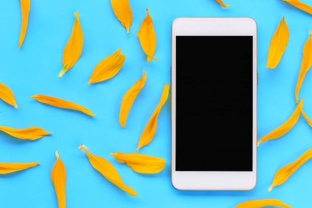 Smartphone schermo vuoto di colore nero collocato su una carta blu.