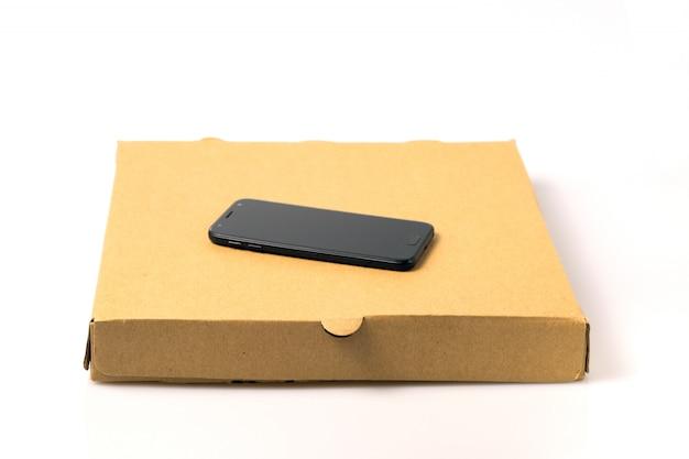Smartphone sulla scatola di consegna cibo marrone